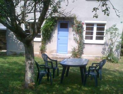 Petite maison côté jardin à 20 minutes d'Aurillac - Le Rouget