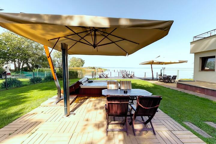 Royal Mediterran Balatonra néző Deluxe apartman