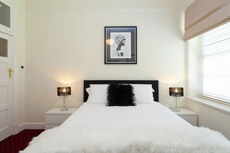 State Mines Hotel B&B - Queen Suite - Wonthaggi