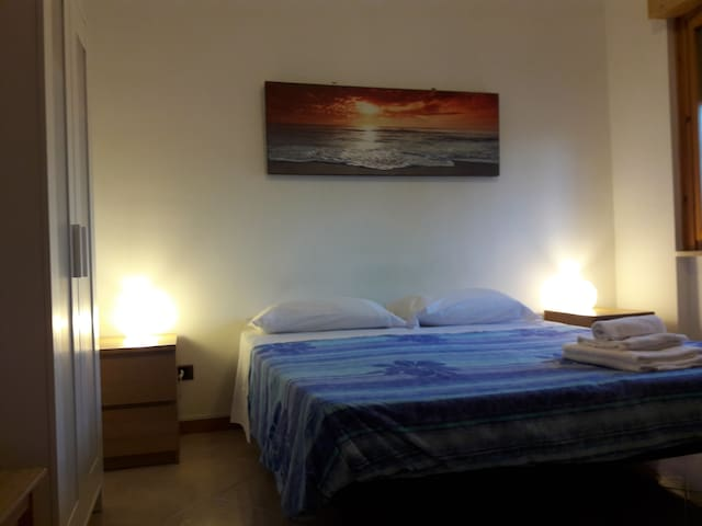 ensuite double room 11 minutes by train to FCO