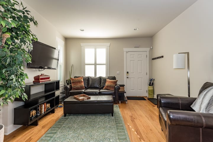 Historic Row House | 5 Star Location | Fast WiFi