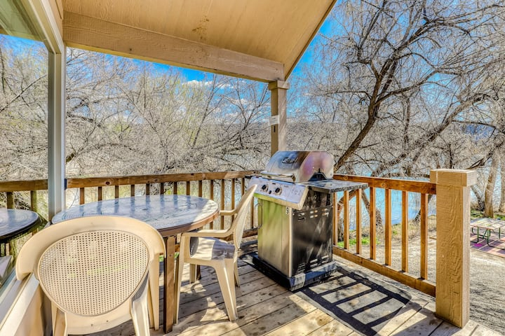 Beachside cottage on Banks Lake w/ private BBQ & shared dock/marina!
