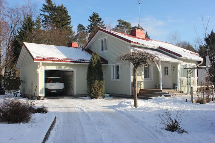 Downstairs in a 1950s house, easy access to town. - Espoo - Casa