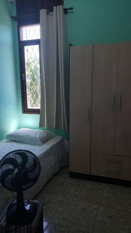 Quarto solteiro: cama + guarda roupa + cortina blackout