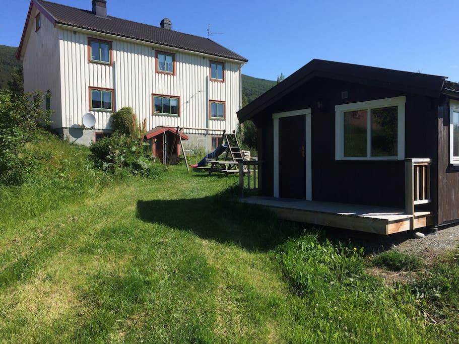 Kjøkken og bad er i kjellaren på hovudhuset - rett i nærleiken!
