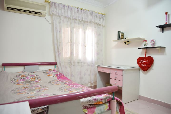 Small room 1: 140cm bed, closed, desk, table, air conditioned