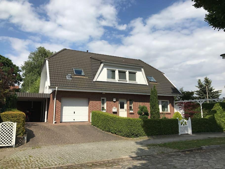 Haus mit Garage, Carport und Vorgarten