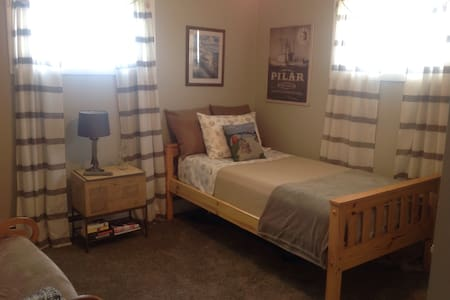 Single cozy room with our family in Middletown RI. - Middletown - Hus