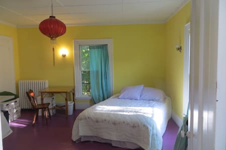 Guest rooms in the Frothingham House, Belfast, ME. - Belfast - House