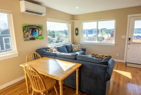 Ocean View Cottage - walk to beach or town!