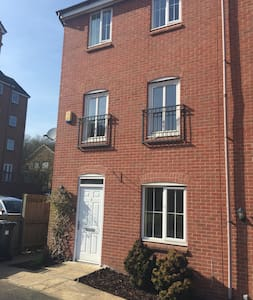 Beautiful & Modern 5 Bed, 3 Storey Town House - Newcastle-under-Lyme - 独立屋