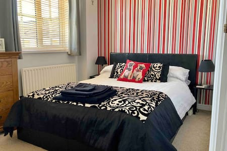 Spacious double room with guest bathroom.