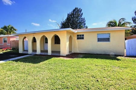 Pet friendly room for rent in Sunny South Florida