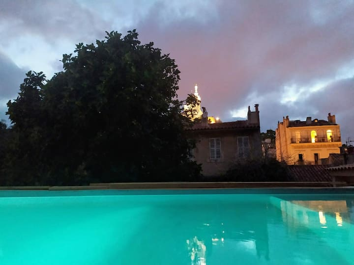 Private guesthouse with garden&view of Notre-Dame