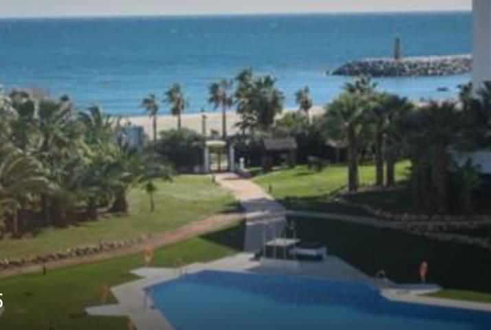 Front beach Apartment in puerto banus - Marbella - Huoneisto