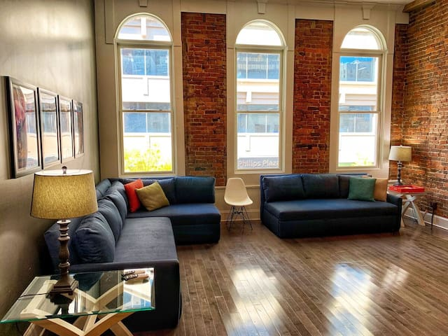 Stay Downtown Nashville AirBnB Walk Everywhere! by MusicCityLoft BettyeB