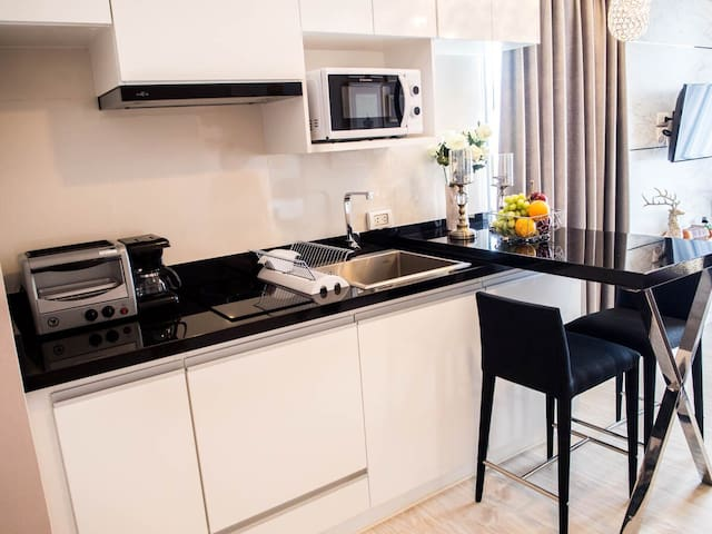 Kitchen – Modern with stone counters, kitchen appliances. Includes microwave, coffee machine, toaster oven, electric kettle and all the cookware necessary to make a gourmet meal.
