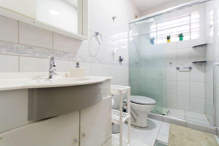 Banheiro higienizado, amplo e confortável
