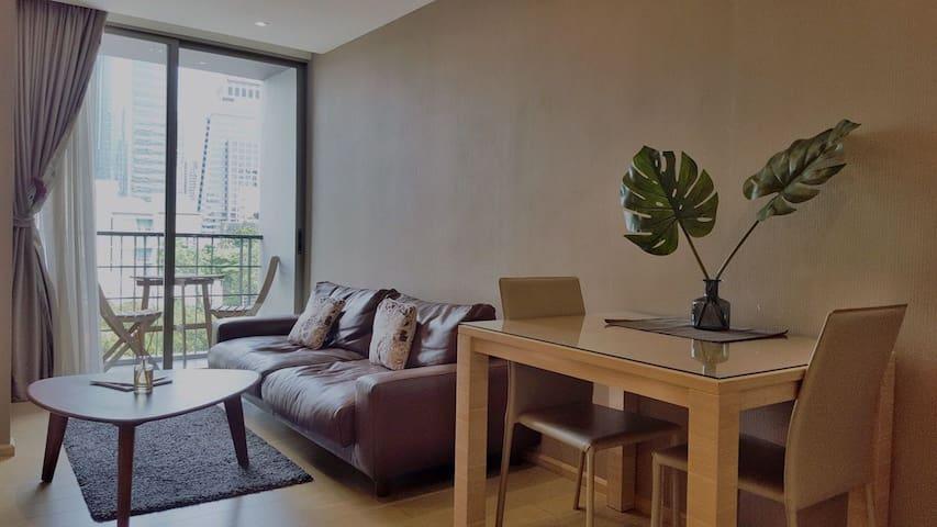 曼谷超中心是隆silom路高级公寓,地铁轻轨直达,一室一厅,生活用具超齐全,给你想象不到的夜生活!