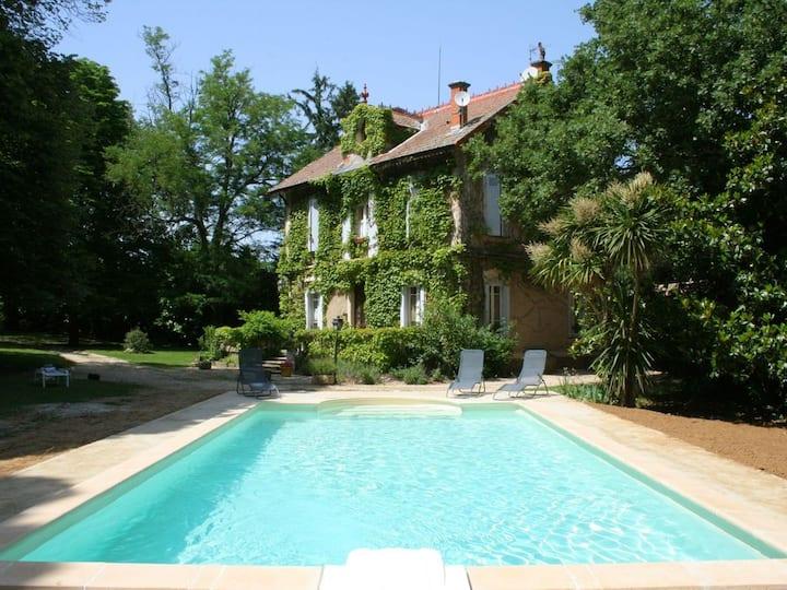 Maison de maître ombragée avec piscine