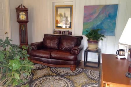 Cozy bedroom, den, private entrance - Matthews - Rumah