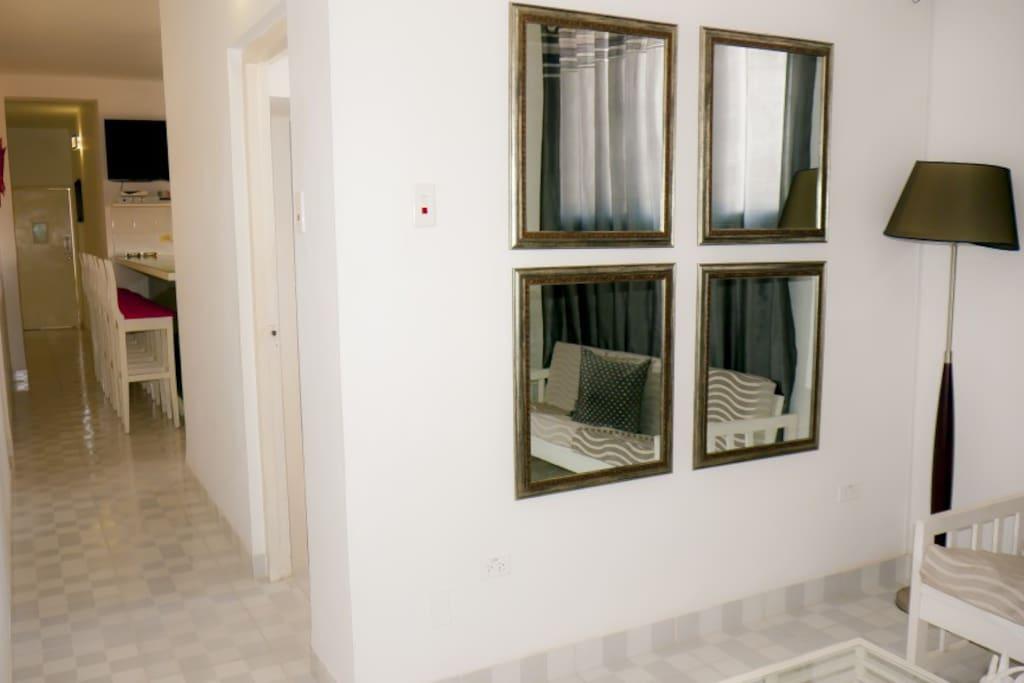 Acceso de la sala a la cocina y las habitaciones