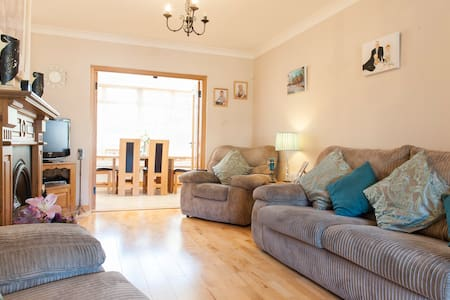 Super location, large twin room with Irish family - House