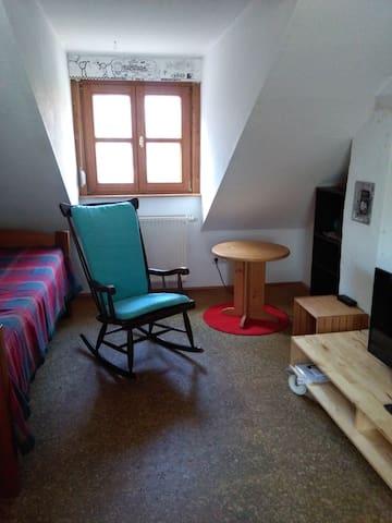Zwei Zimmer mit Bad und Kochgelegenheit