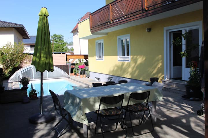 Stadtnahe,ruhige, helle Wohnung mit privatem Pool