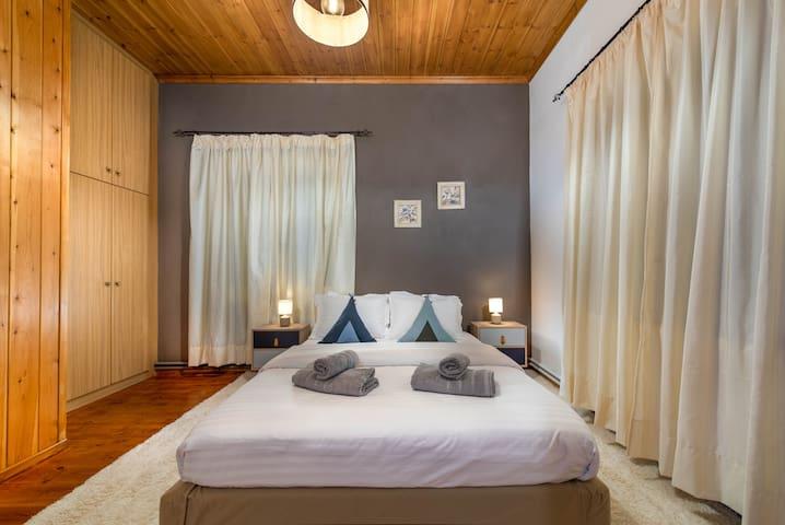 Υπνοδωμάτιο 2 στον όροφο με διπλό κρεβάτι