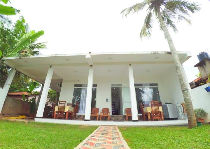 JASMINE White House - Family room near the beach