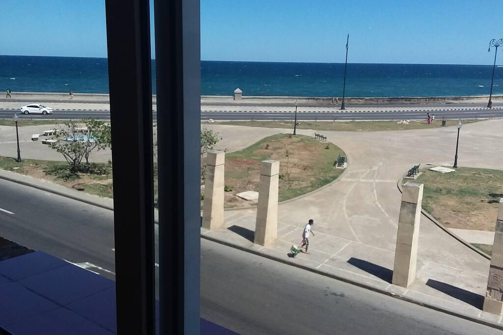 Vista desde la ventana al malecón