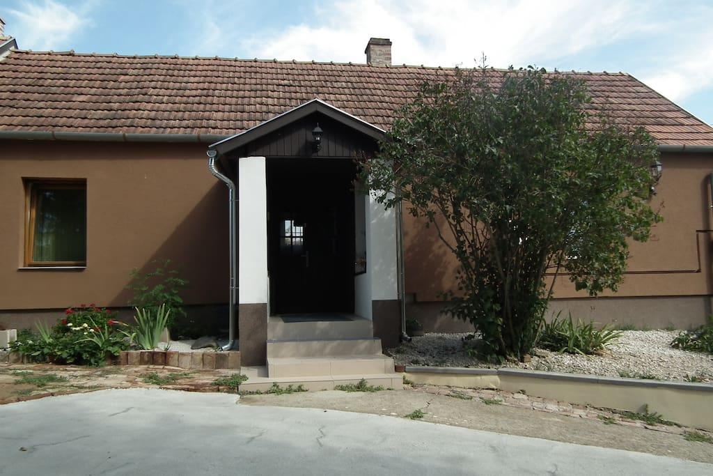 FŐBEJÁRAT (1.-2. szoba; konyha-étkező; fürdő-WC)  MAIN DOOR (room 1 to 2, kitchen-dining room, bath-WC)
