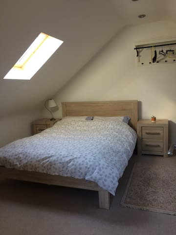 Double bedroom in quiet North London flat