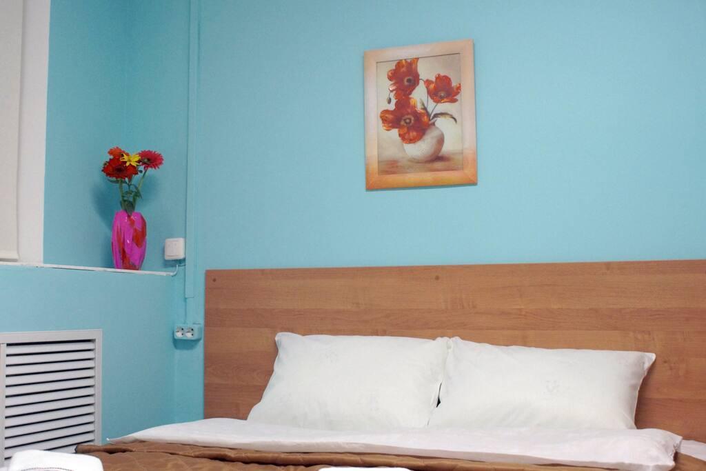 Отель оформлен в позитивных летних тонах