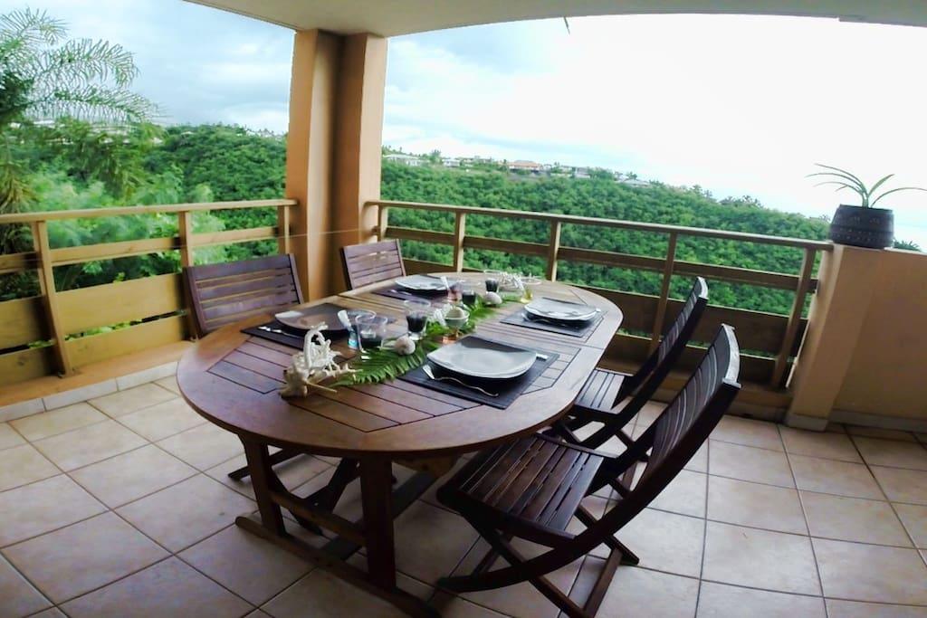 Terrasse avec table extensible.