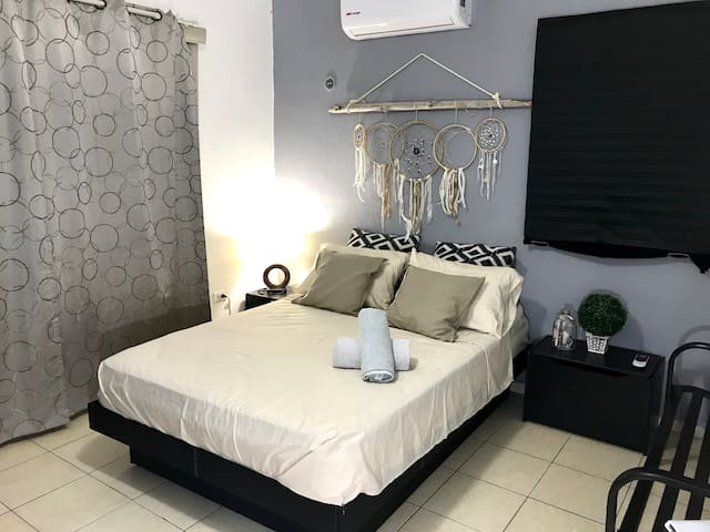 Private Room in Awesome Location Center, A/C, WiFi