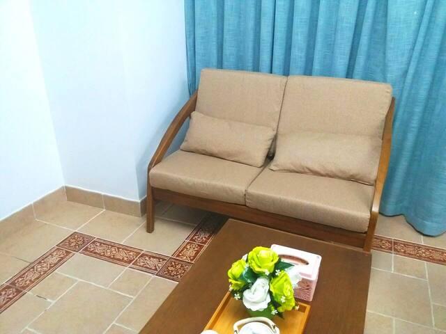 客厅配备布艺沙发,沙发垫可换洗,清洁卫生。