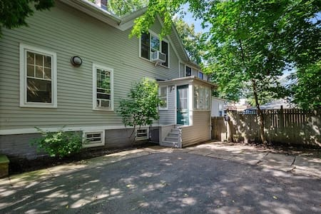 2 BR Apartment steps from downtown Wilmette