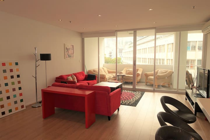 City 3 Bedroom Massive Apt /Parking - Ultimo - Huoneisto