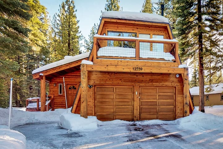 Dog-friendly cabin w/ shared pool/hot tub/gym - close to skiing