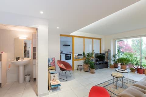 Bright 1 Bedroom Garden Suite