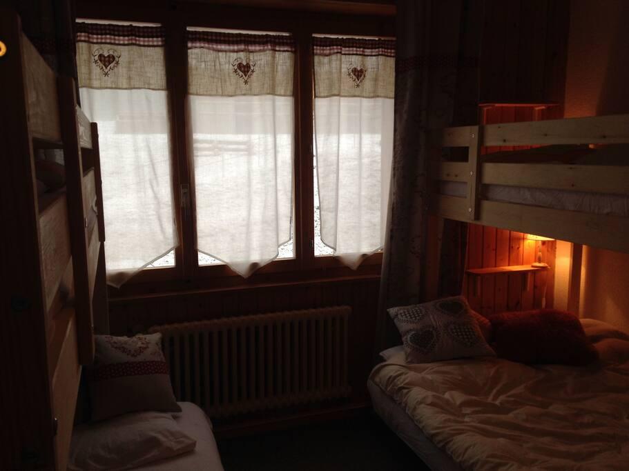 Schlafzimmer mit 2 bequemen Etagebetten