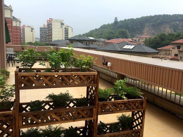 地铁4号线钟山风景区有山有湖有厨房80平大露台理想家精装公寓可长租 - Nanjing - Byt
