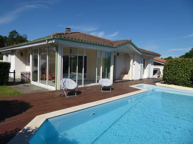 Jolie maison 5 couchages, avec piscine, située à Biscarrosse bourg - Biscarrosse - Villa