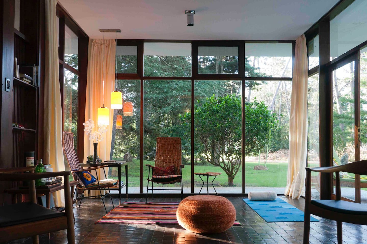 Glass walls living room: A House That Welcomes Nature Inside