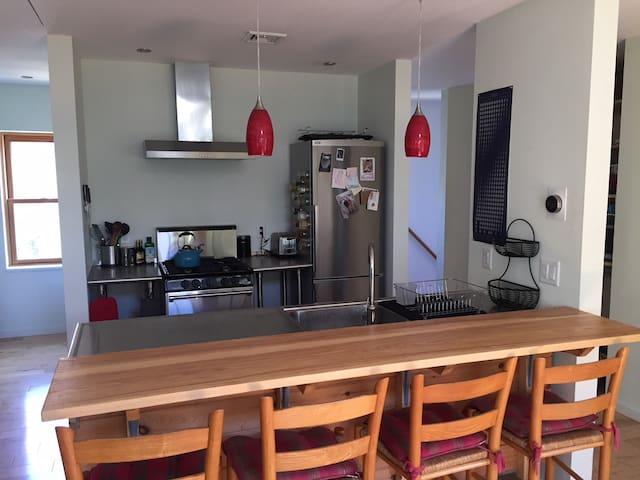 Modern, simple apartment near downtown Burlingtion