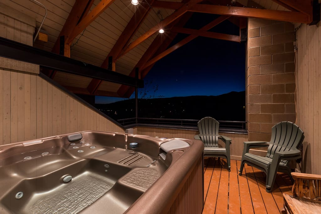 A rooftop balcony offers seating for 6 and a 7-person hot tub.
