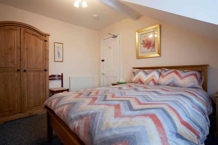 Cosy double room 10 mins from station, York centre