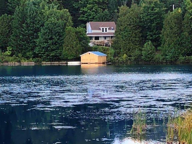 Magnifique chalet ancestral; accès privé au lac